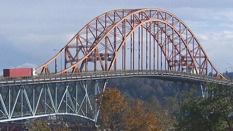 Vue de côté sur la structure d'un pont