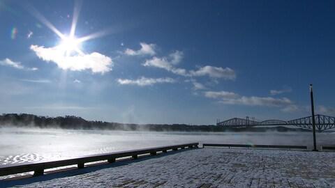 Le fleuve Saint-Laurent, à proximité du pont de Québec
