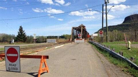 Un signe d'interdiction de passage devant le pont de la rue James à Thunder Bay..