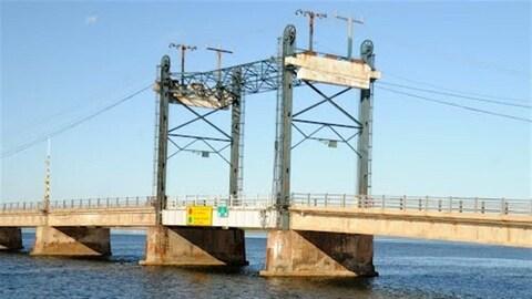 Des élus et des gens d'affaires ont réclamé le remplacement du pont qui relie Shippagan à l'île de Lamèque, à cause de son mauvais état.
