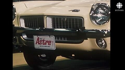 Partie avant du véhicule et plaque avec l'inscription «Astre» sur le pare-chocs.