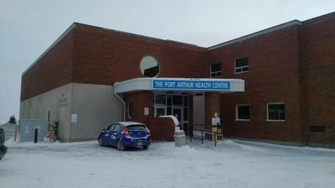 Un voiture est stationnée à l'extérieur du Port Arthur Health Centre à Thunder Bay.