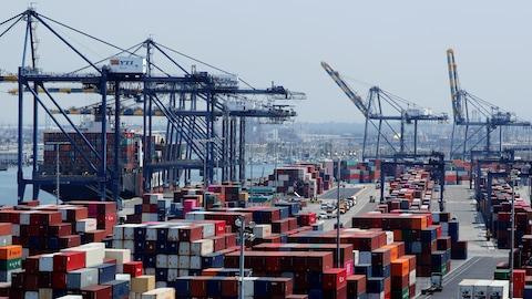 Des conteneurs dans un port