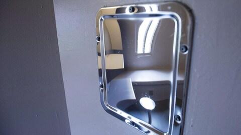 L'intérieur d'une cellule de prison vue dans un miroir