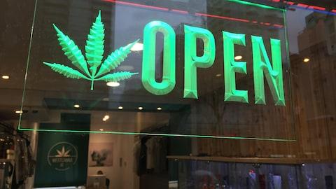 La vitrine d'un comptoirs de vente de marijuana.