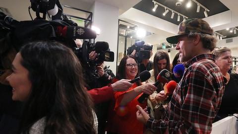 Ian Power s'adresse aux médias à la boutique Tweed de la rue Water à St. John's (T.-N.-L.) après son premier achat légal de marijuana pour usage récréatif au Canada, le mercredi 17 octobre 2018 à 0 h 01, heure locale.