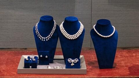 Des bijoux exposés sur une table.