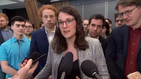 La présidente de l'aile jeunesse du Parti québécois, Frédérique Saint-Jean, s'adresse aux médias lors d'une mêlée de presse.