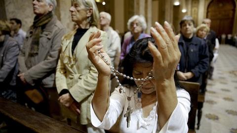Des fidèles prient dans la cathédrale de Buenos Aires pour le salut des membres d'équipage du sous-marin San Juan.