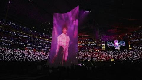 L'image de l'artiste Prince, décédé en avril 2016, est apparue lors du concert de la mi-temps du Super Bowl.