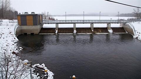 Le barrage Cyrille-Delage, érigé sur  le lac Saint-Charles.