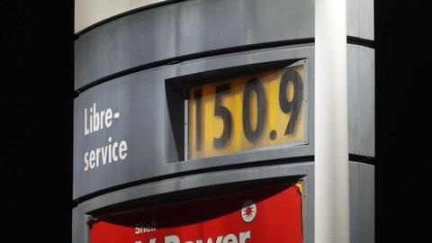 Gros plan sur le prix de 1,50 $ sur une pompe à essence
