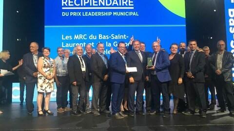 Les maires lors de la remise de leur prix sur scène