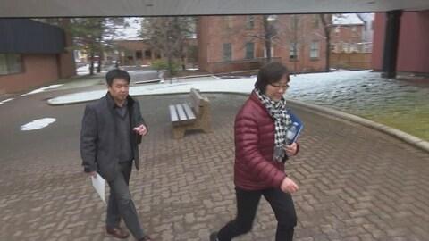 Yi Zhong et Ping Zhong arrivent au palais de justice de Charlottetown, à l'Île-du-Prince-Édouard.