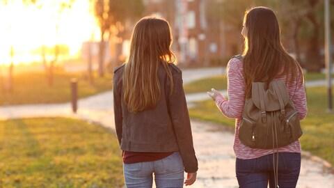 Deux femmes marchent de dos.