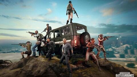 Une capture d'écran du jeu vidéo PlayerUnknown's Battlegrounds montre huit personnages placés autour d'un véhicule utilitaire sport qui pointent diverses armes devant eux alors qu'ils sont au sommet d'une montagne.