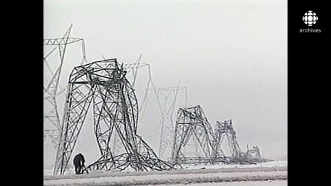 Pylônes effondrés sous le poids de la glace.