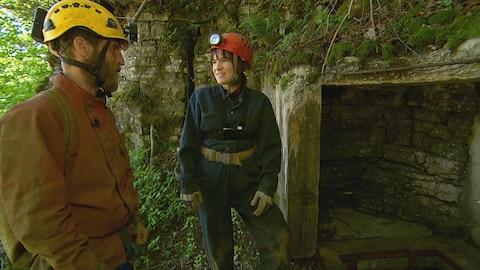 Le spéléologue Éric Légaré explique à Sandra Lalancette les préparatifs à l'entrée de la grotte de Boischatel.