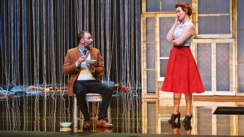 La pièce d'Andrew Bovell est présentement à l'affiche à Québec. Un homme assis sur une chaise, en train de manger une soupe discute avec une femme.