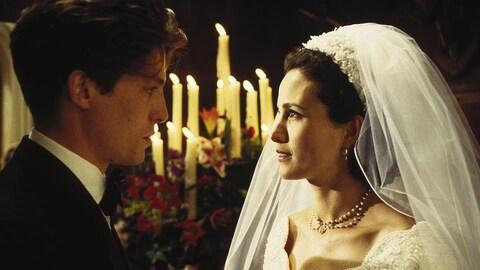 Hugh Grant et Andie MacDowell en robe de mariée.