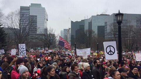 La foule rassemblée devant Queen's Park pour la Marche des femmes à Toronto le 21 janvier 2017.