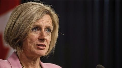 La première ministre de l'Alberta, Rachel Notley, parle devant un micro lors d'une conférence de presse à Edmonton.