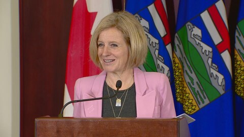 Rachel Notley, première ministre de l'Alberta, en conférence de presse.