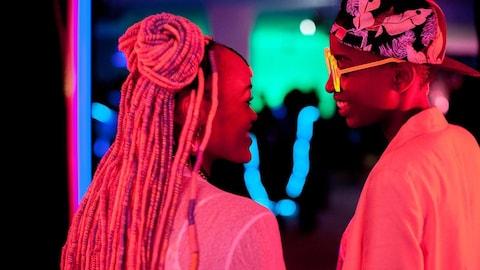 Deux jeunes femmes noires se sourient dans une scène du film kenyan  Rafiki .