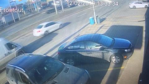 La voiture blanche et la camionnette de la victime sur la voie de desserte de l'autoroute 40.
