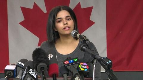 Rahaf Mohammed, devant de nombreux micros.