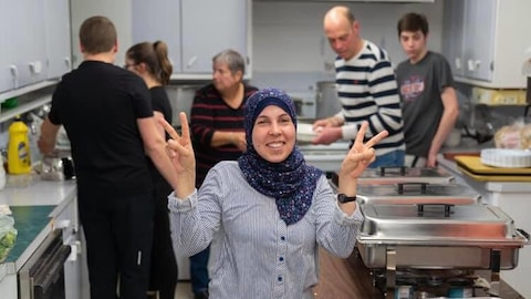 Rahmeh Alnassan lors de la préparation d'un souper bénéfice pour aider la venue de sa famille à Chéticamp.