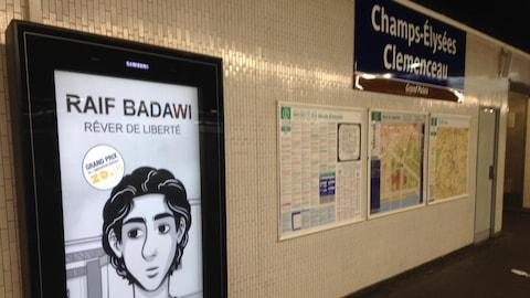 Un écran numérique avec un dessin de Raif Badawi à la gare des Champs-Élysées.
