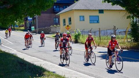 Des cyclistes dans les rues de Rivière-du-Loup.