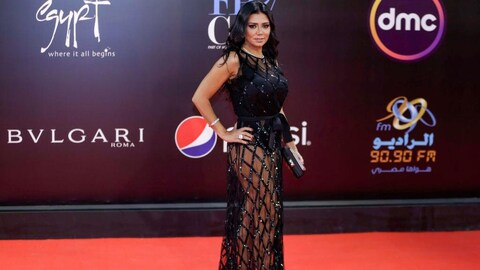 L'actrice égyptienne Rania Youssef porte une robe noire dont la partie du bas est transparente.