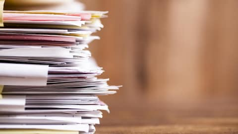 Une pile de documents et de papiers.