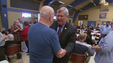 Le député Raymond Bernier discute avec un citoyen.
