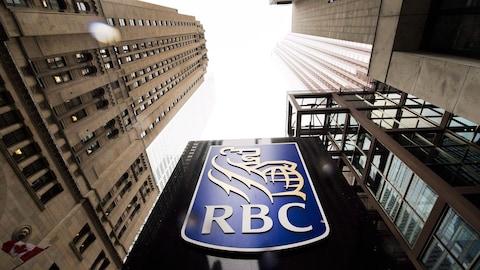Le logo de la RBC dans le quartier des affaires à Toronto