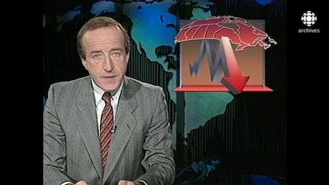 Bernard Derome animant assis à un pupitre. À la droite de l'écran, une mortaise illustrant la récession avec une carte géographique du Canada et une flèche qui pointe vers le bas.