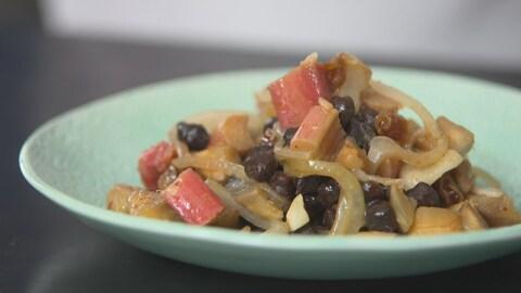 Assiette de tajine de rhubarbe avec oignons et poids chiches.