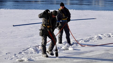 Un homme pique la glace pour en évaluer l'épaisseur