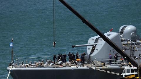 L'équipage travaille à bord du destroyer ARA Sarandi avant de partir pour participer à la recherche du sous-marin ARA San Juan disparu en mer le 15 novembre.