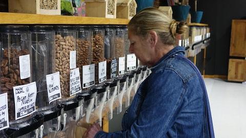Les clients se servent parmi une sélection de produits alimentaires secs.