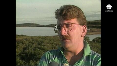 Régis Labeame, sur un terrain vague près d'un lac, dans la région de Schefferville
