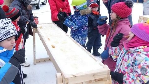 Belle façon de commencer la semaine : les enfants ont pu déguster de la tire sur la neige au mont Castor.