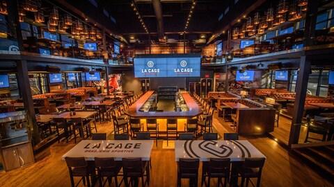 Un restaurant rénové de la chaîne La Cage-Brasserie sportive