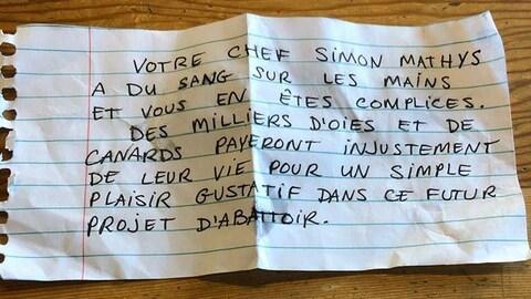 Une note manuscrite sur une feuille lignée indique : « Votre chef Simon Mathys a du sang sur les mains et vous en êtes complices. Des milliers d'oies et de canards payeront injustement de leur vie pour assouvir un simple plaisir gustatif dans ce futur projet d'abattoir ». La note n'est pas signée.