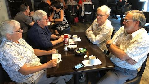 Des citoyens assis au resto Bistro Rumeur à Gatineau.