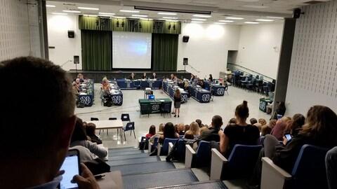 L'auditorium, de 147 sièges,  de l'école secondaire Notre Dame était comble.
