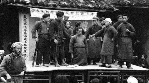 """大会。1993年的一天,赖小刚去妻子的单位看她,和她的一个家住北京崇文区的同事闲聊起来。他能分辨北京各区的不同口音,很快听出这个女孩的口音和正宗崇文区口音有区别。一问之下,果然她家是在祖父那一代从延庆搬进城里的。历史专业出身的赖小刚算算年代,推测她的祖父可能是逃亡地主。被猜中家史的女孩很吃惊。她告诉赖小刚,爷爷确实是逃出来的,而留在密云的家人全部被""""砸死了""""。"""