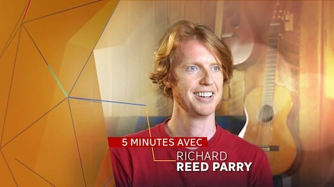 Richard Reed Parry pose souriant, avec l'inscription « 5 minutes avec Richard Reed Parry »